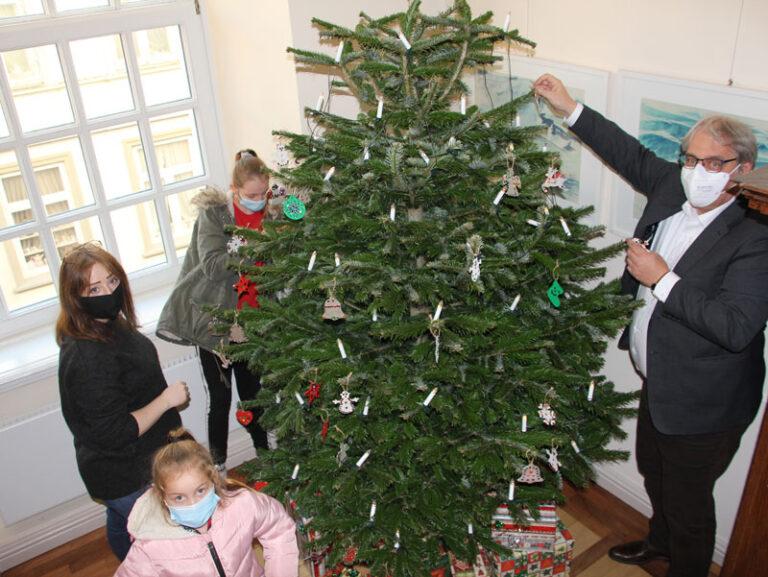 Schleswig: Kinder des Kinderspielzentrums basteln Weihnachtsbaumschmuck